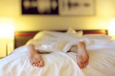 stopy w łóżku