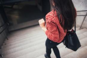 kobieta schodzi po schodach