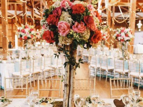Decorative tree made of pink and red roses stands on the dinner