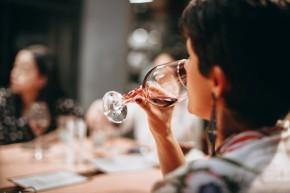 kobieta pije wino