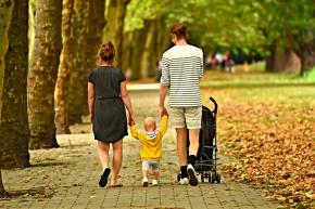 rodzice z wózkiem